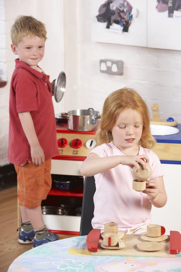 Zwei junge Kinder, die zusammen an Montessori/spielen lizenzfreie stockfotografie