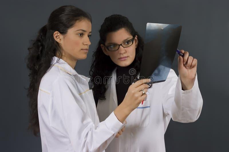 Zwei junge Krankenschwestern lizenzfreie stockbilder