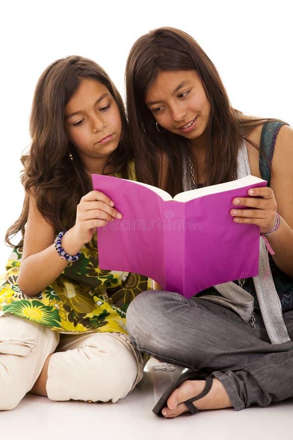 Zwei junge Kursteilnehmerschwestern stockfotos