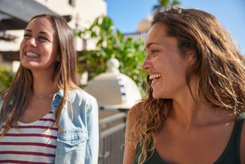 Zwei junge lachende und scherzende Mädchen stockfotografie
