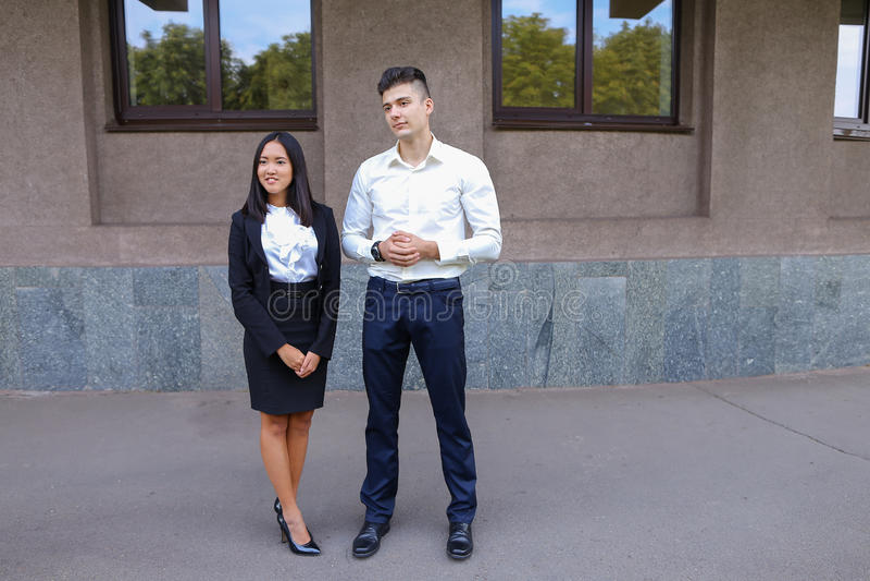 Zwei junge Leute, internationale Studenten, teilen mit, lösen Pro stockbild