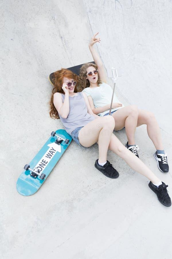 Zwei junge Mädchen auf der vert Rampe stockbild