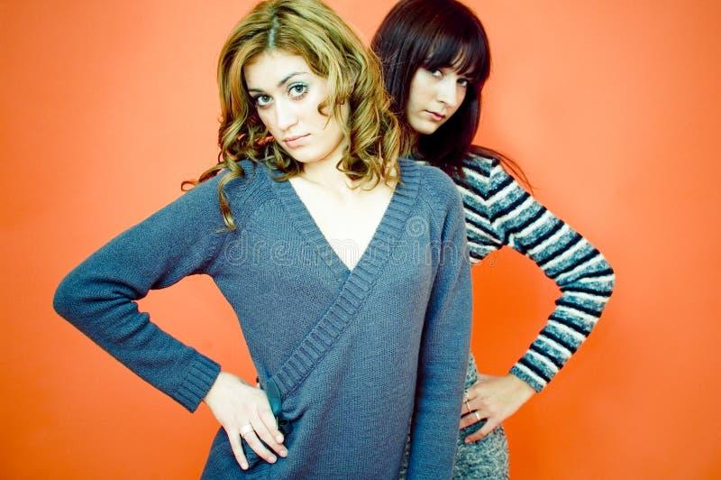 Zwei junge Mädchen-Aufstellung lizenzfreies stockfoto