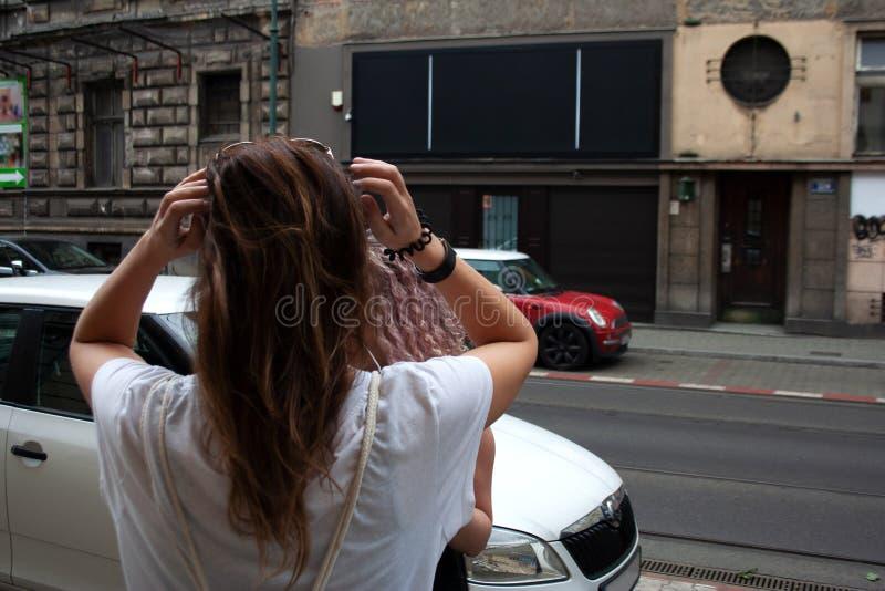 Zwei junge Mädchen, die auf dem Bürgersteig in alter Stadt Krakaus sprechen stockfoto