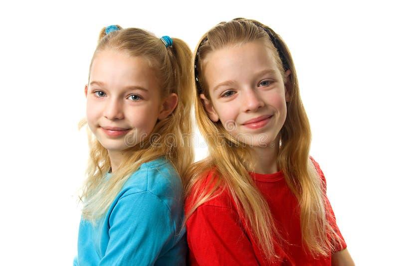 Zwei junge Mädchen, die in der Kamera schauen lizenzfreie stockfotografie
