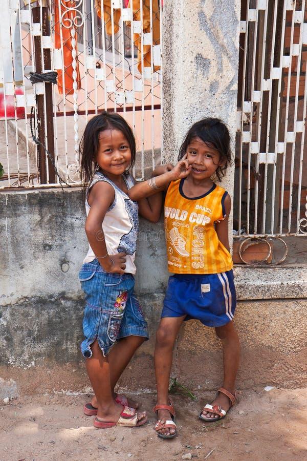 Zwei junge Mädchen, die draußen in Siem Reap Kambodscha aufwerfen lizenzfreie stockbilder