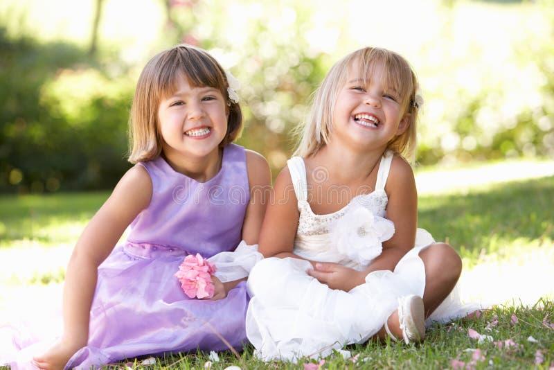 Zwei junge Mädchen, die im Park aufwerfen stockfoto