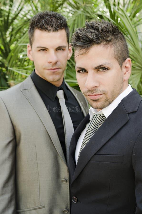 Zwei junge Männer der Klage, die die Ansicht betrachtend aufwerfen stockbild
