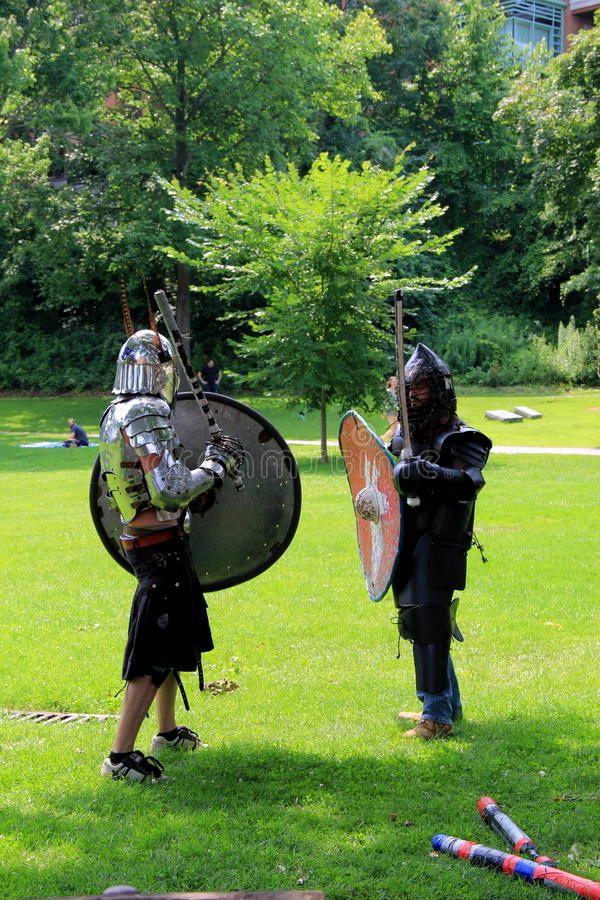 Zwei junge Männer im mittelalterlichen Kostüm, Kongress-Park, Saratoga, New York, 2015 stockbild