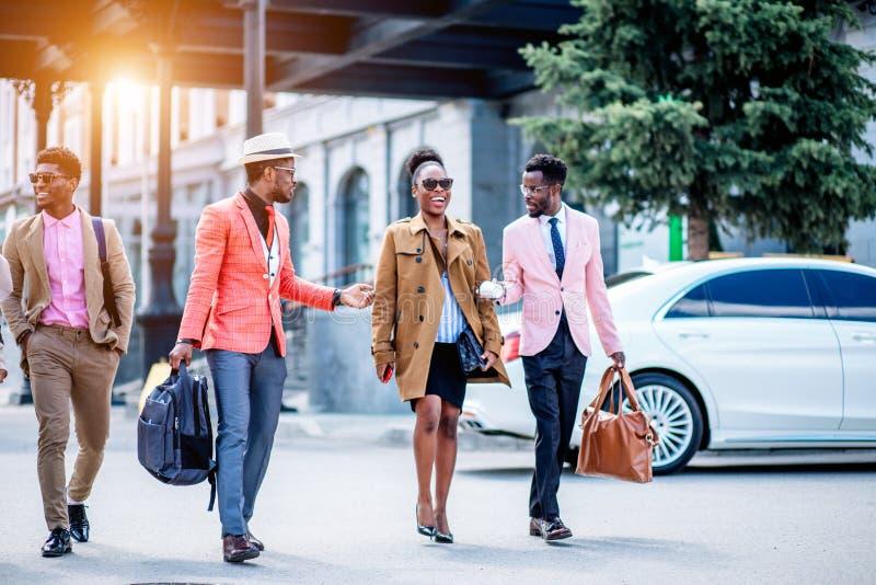 Zwei junge Männer sind unterhaltsame recht Afrodame stockfotos