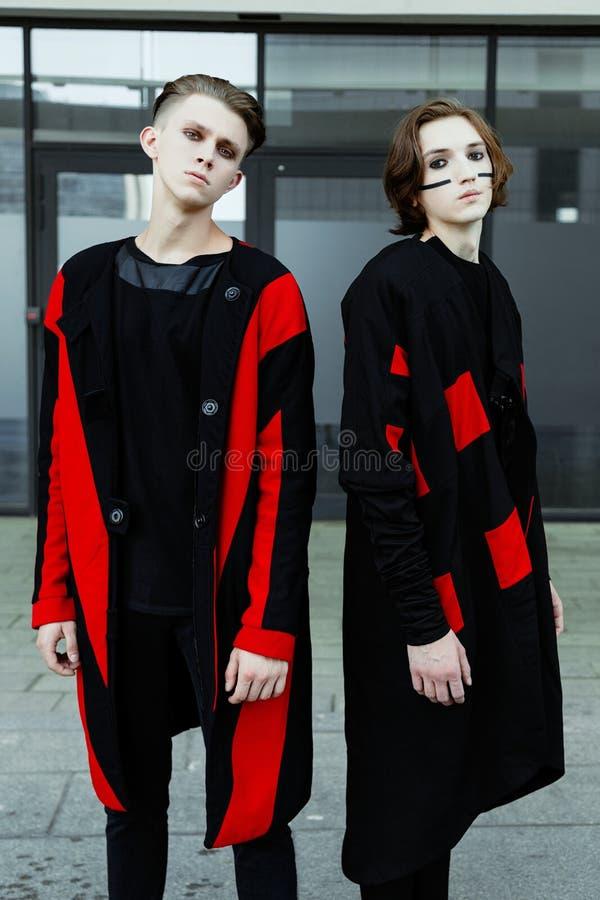 Zwei junge männliche Mode-Modelle lizenzfreies stockbild