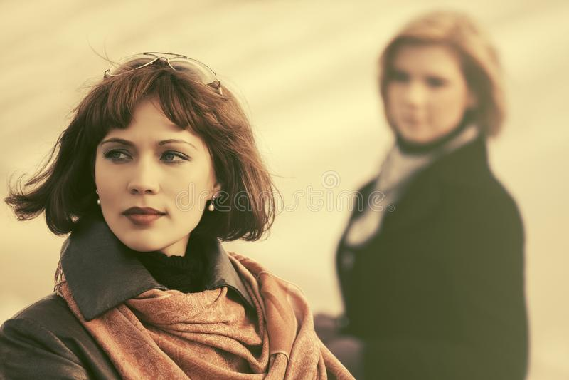 Zwei junge Modefrauen im Konflikt in der Stadtstraße stockfotos