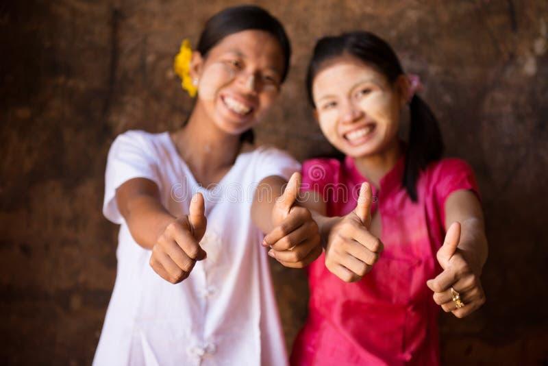 Zwei junge Myanmar-Mädchen, die Daumen aufgeben lizenzfreies stockfoto