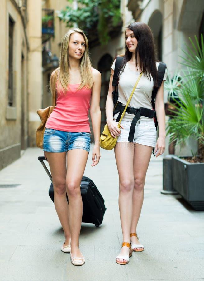 Zwei junge Reisende, die mit Gepäck lächeln stockbilder