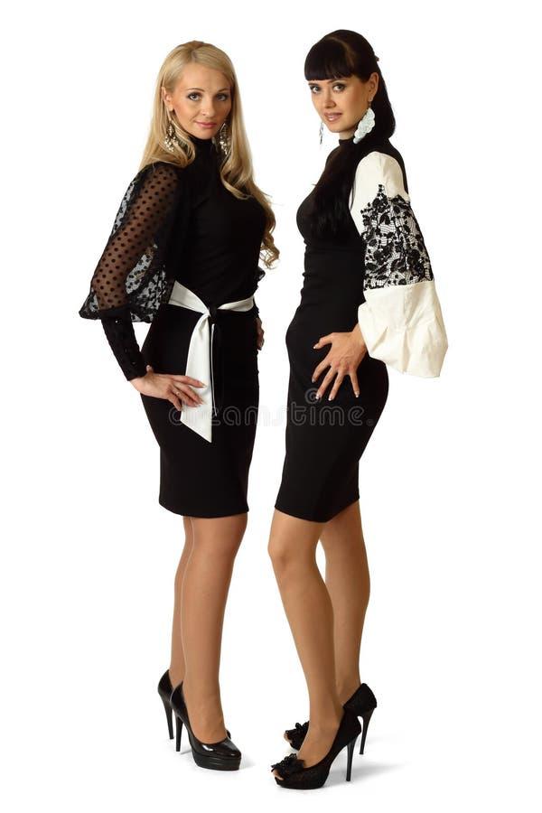 Zwei junge schöne Frauen im Cocktailkleid lizenzfreies stockbild