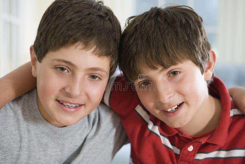 Zwei junge Teenager lizenzfreie stockbilder