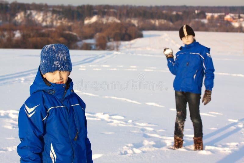 Zwei Jungen auf dem Winter im Freien stockbilder