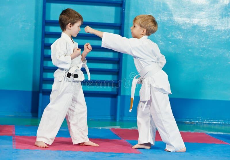Zwei Jungen bilden Karateübungen stockfoto