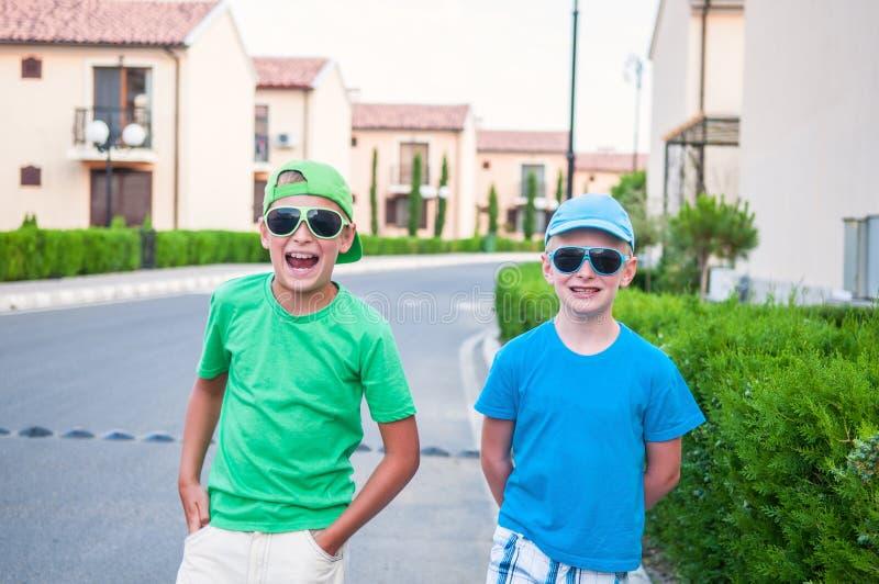 Zwei Jungen in der Nachbarschaft stockbilder