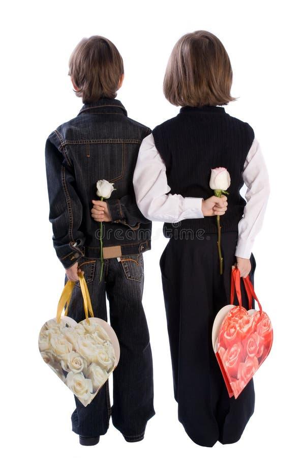 Zwei Jungen, die Blumen anhalten stockbilder
