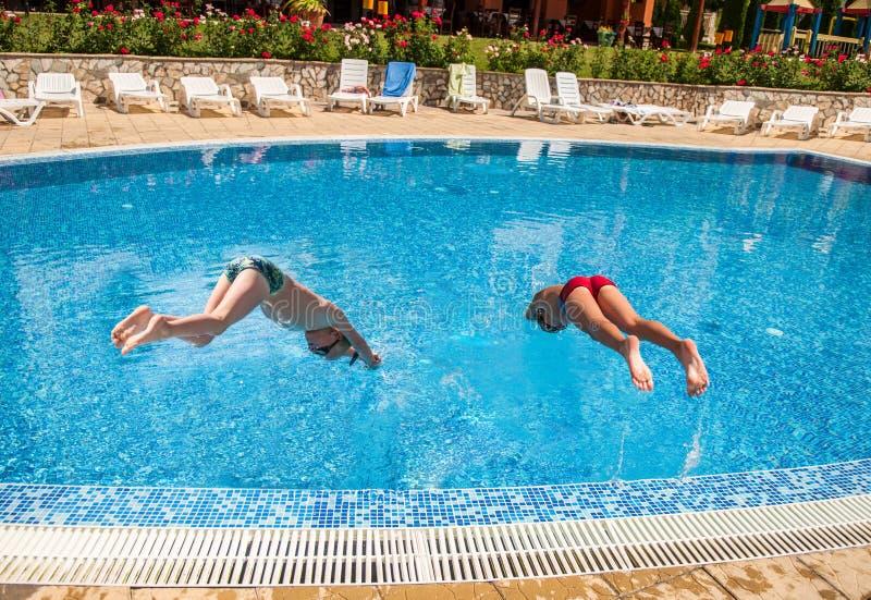 Zwei Jungen, die in ein Pool tauchen stockfoto