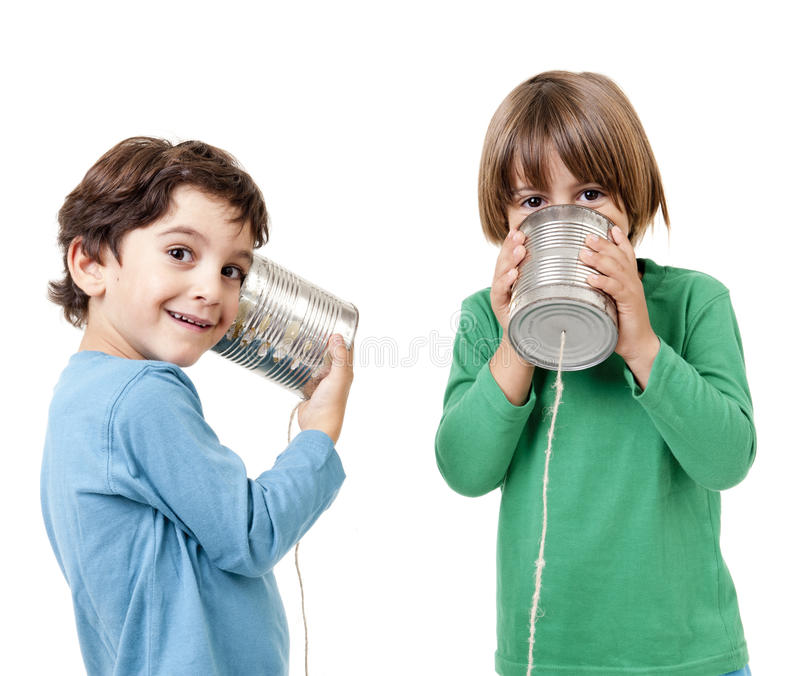 Zwei Jungen, die an einem Blechdosetelefon sprechen stockfoto