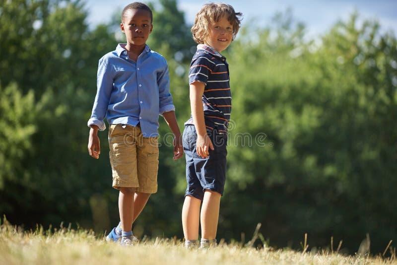 Zwei Jungen, die neugierig schauen lizenzfreie stockfotos