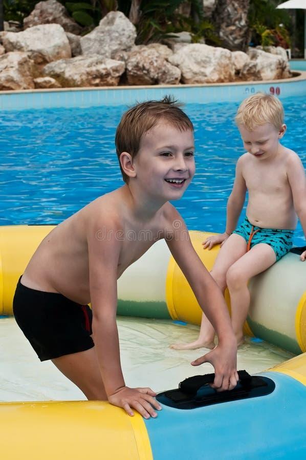 Zwei Jungen, die Spaß im aquapark haben stockfotos