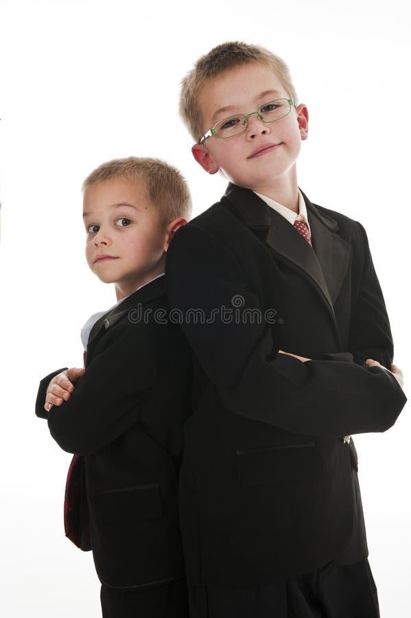 Zwei Jungen, die vortäuschen, Geschäftsmänner zu sein stockfotos