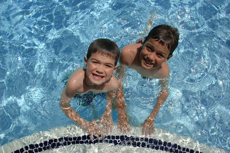 Zwei Jungen im Pool stockbild