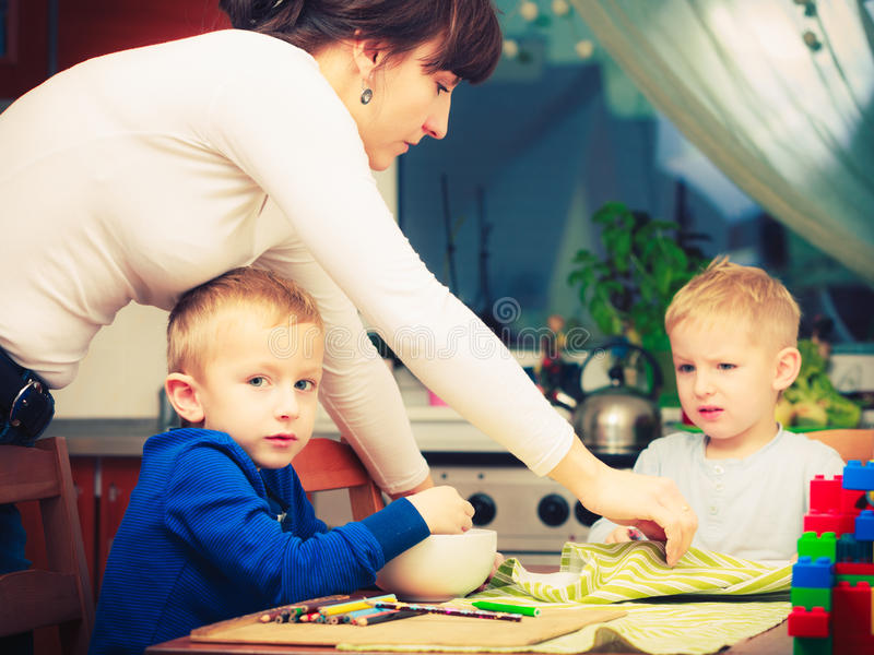 Zwei Jungen, Kinder, die zusammen Frühstück essen lizenzfreies stockbild