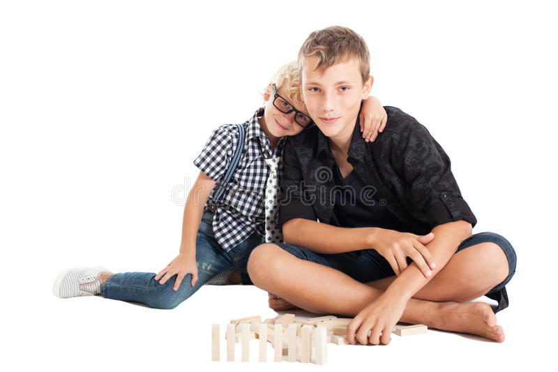 Zwei Jungen mit hölzernen Ziegelsteinen lizenzfreie stockfotografie