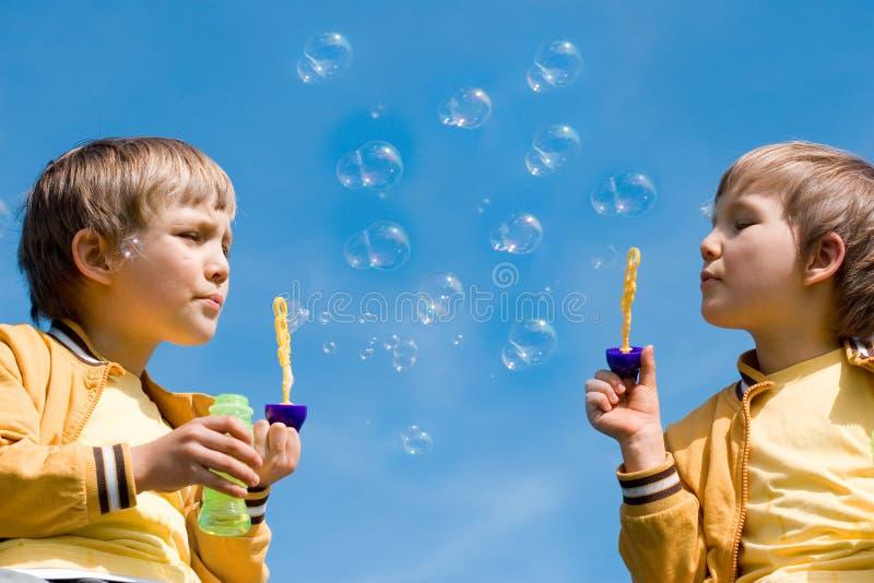 Zwei Jungen mit Luftblasen lizenzfreies stockbild