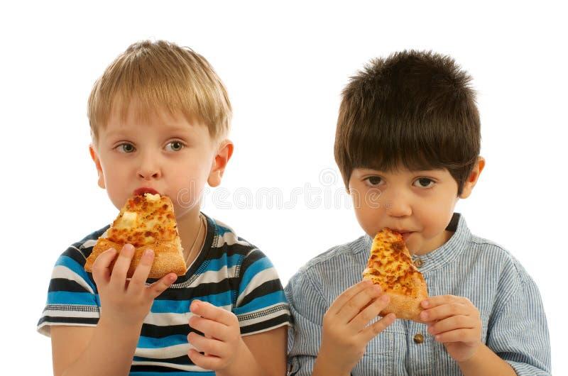 Zwei Jungen mit Pizza stockfotos