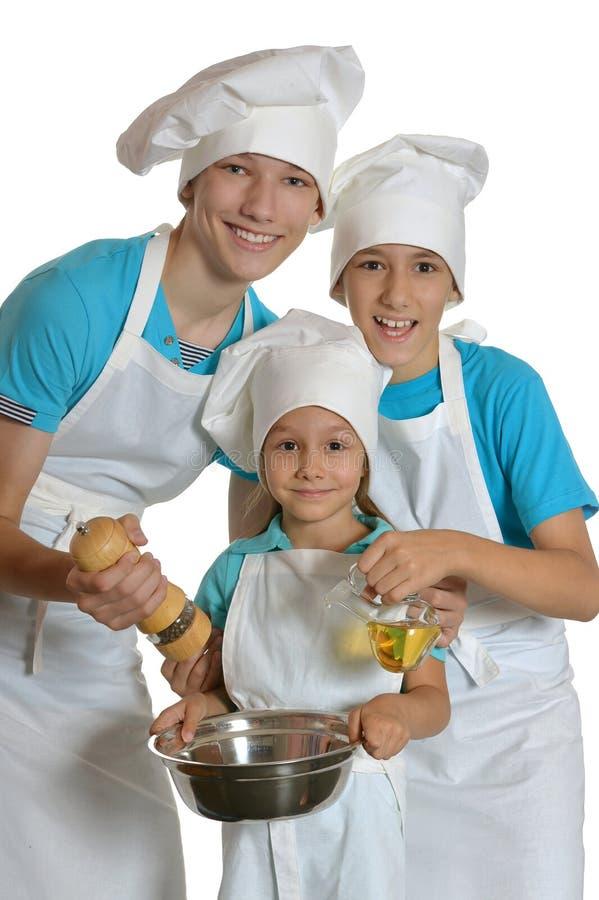 Zwei Jungen und Mädchen in den weißen Schutzblechen lizenzfreie stockbilder