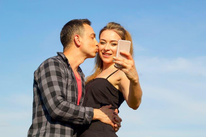 Zwei junger schöner Mann und Frau in der zufälligen Kleidung, die selfi macht stockfotografie