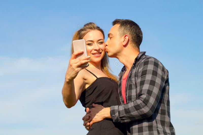 Zwei junger schöner Mann und Frau in der zufälligen Kleidung, die selfi macht lizenzfreie stockfotos