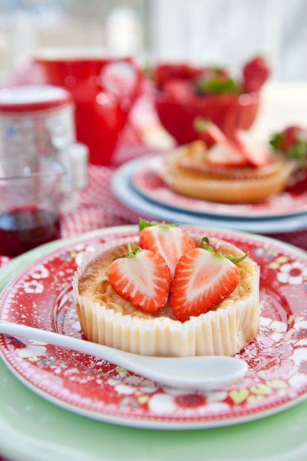 Käsekuchen mit frischen Erdbeeren lizenzfreies stockbild