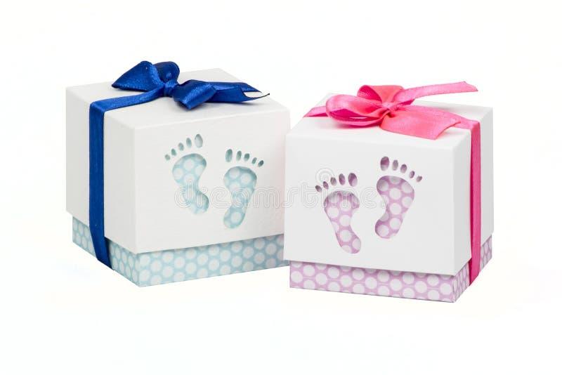 Zwei Kästchen mit Geschenk für neugeborenen Baby-, rosa und Blauentupfen, Spitzen verziert mit Bogen stockbild