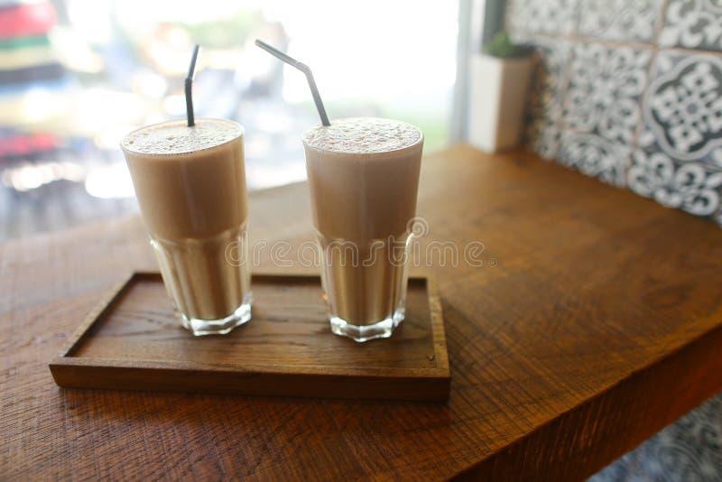 Zwei Kaffeegetränke herein in der Glasschale mit Trinkhalmstand an lizenzfreie stockbilder