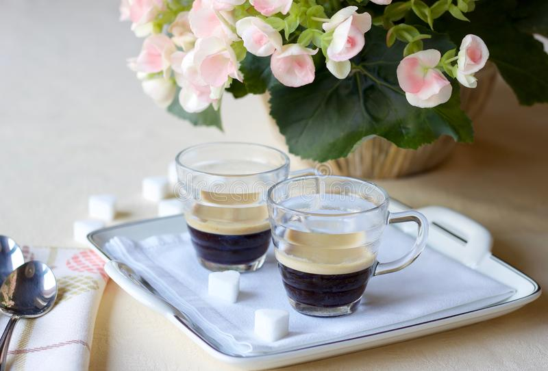 Zwei Kaffeetassen Espressokaffee auf dem Tisch auf einem Porzellan lizenzfreie stockbilder