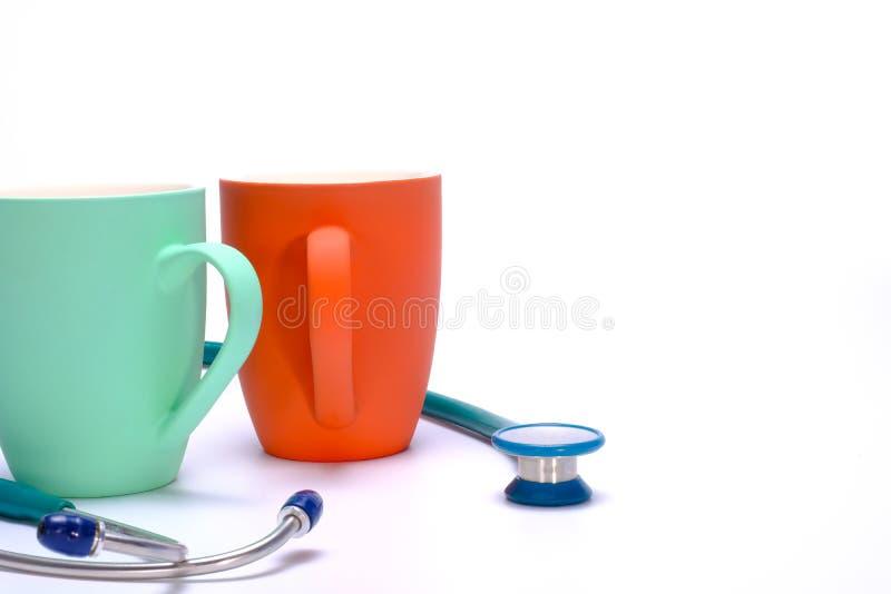 zwei Kaffeetassen und ein Stethoskop lizenzfreie stockbilder