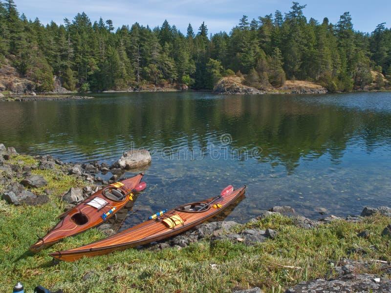 Zwei Kajaks auf felsigem Ufer lizenzfreie stockbilder