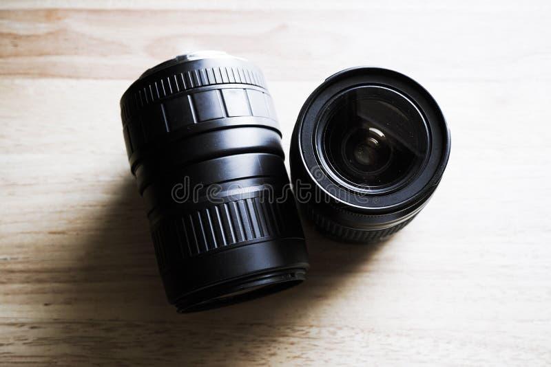 Zwei Kameraobjektiv auf Tischplatte stockfotos