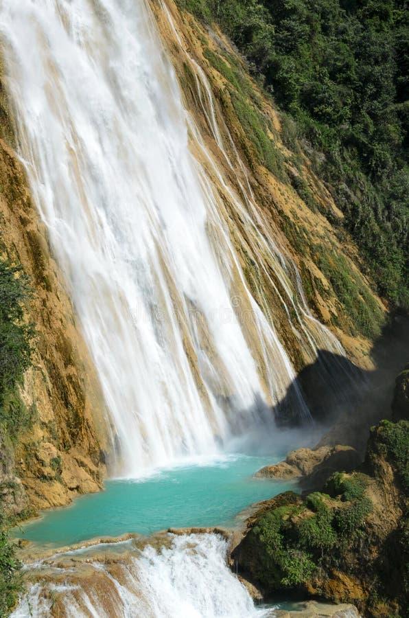 Zwei Kaskaden Wasserfall EL Chiflong mit Türkis vereinigen betwee stockbilder