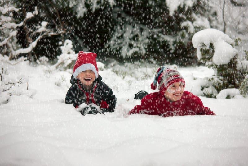 Zwei kaukasische Brüder im Schnee stockfoto