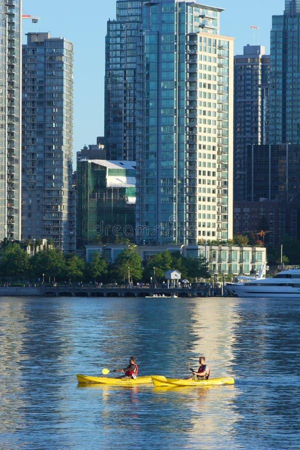Zwei Kayakers in innerem Hafen Vancouvers stockfotos