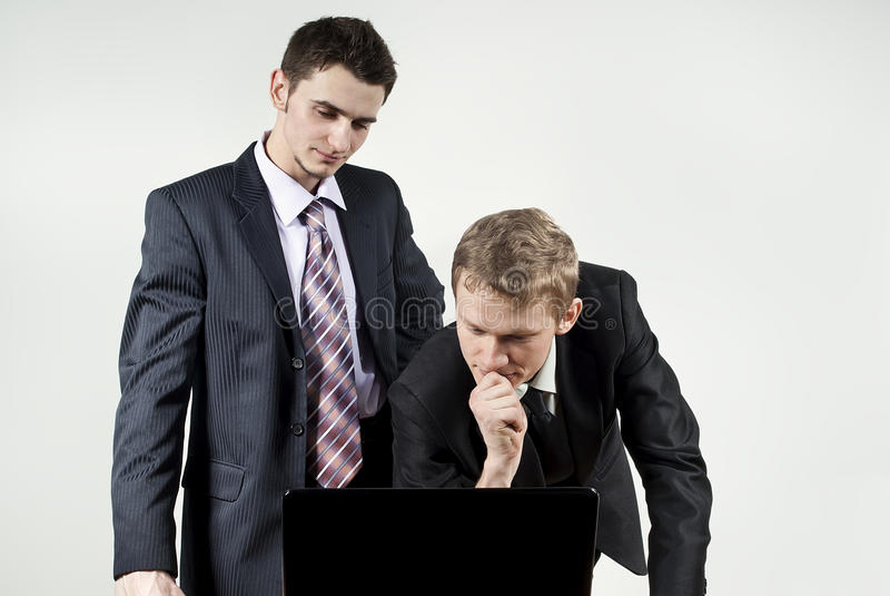 Zwei Kerle denken vor Computer stockfoto
