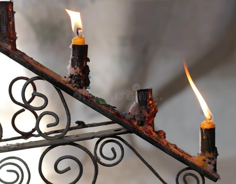 Zwei Kerzen in der alten Kerze stockbilder