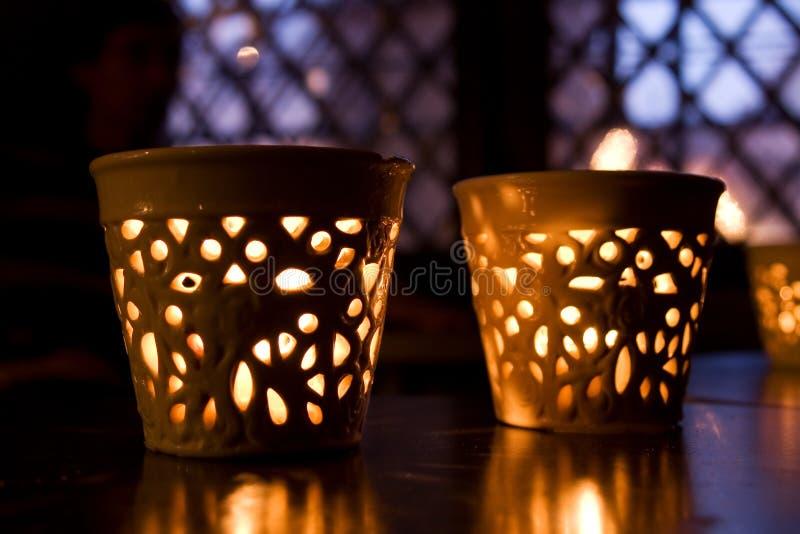 Zwei Kerzenhalter vor einem Winterfenster lizenzfreie stockbilder